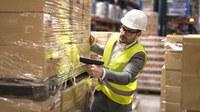 In der aktuellen Corona-Krise verändert sich die Arbeitswelt rasant; Betriebe verteilen Arbeit so um, dass immer mehr Menschen allein arbeiten. Auch für Arbeitsplätze, an denen Personen allein arbeiten, muss die Unternehmensleitung eine Gefährdungsbeurteilung durchführen.