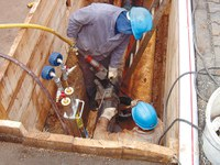 Mittels Absperrblasen werden Gasleitungen für Wartungs- und Instandsetzungsarbeiten provisorisch gesperrt. In Gasleitungen aus Polyethylen oder PVC können beim Verrutschen von Absperrblasen durch elektrostatische Aufladungen gefährliche Zündfunken entstehen. Solche Entladungsfunken können Gas-Luftgemische zünden. Unsere Kurzpräsentation informiert über geeignete Maßnahmen zur Gefährdungsvermeidung.