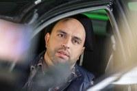 """Serdar Somuncu macht sich verbal stark für weniger Aggression im Straßenverkehr. Für die Verkehrssicherheitskampagne """"Runter vom Gas"""" hat der bekannte Kabarettist sieben Videos unter dem Motto """"Aggression ist nicht lustig"""" gedreht."""