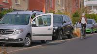 """Was ist der Holländische Griff und wie funktioniert er? Das erklärt der neue Film der Unfallkasse Berlin. Er fordert Autofahrer auf, die Fahrertür mit der rechten Hand zu öffnen, wobei der Blick automatisch nach hinten geht. So werden Radfahrer rechtzeitig gesehen und """"Dooring""""-Unfälle verhindert."""