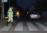 Im Winter leben Fußgänger und Radfahrer besonders gefährlich. Auf den Straßen ist es oft rutschig und die Lichtverhältnisse sind schlecht. Wie lässt sich das Risiko von Unfällen trotzdem minimieren? Reicht es, einfach nur helle Kleidung anzuziehen, um besser gesehen zu werden? DGUV-Experte Dr. Detlef Mewes räumt mit solchem Irrglauben auf und gibt praktische Tipps, wie Verkehrsteilnehmer die Winterzeit heil überstehen können.