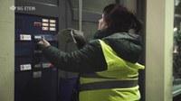 Zeitungszustellerinnen und -zusteller müssen sich vielen Herausforderungen bei ihrer Arbeit stellen. Schlechte Witterung, Dunkelheit und die Gefahren des Straßenverkehrs sind die Ursachen vieler Unfälle. Das Video der BG ETEM unterstützt die Unterweisung der Beschäftigten in dieser Branche.