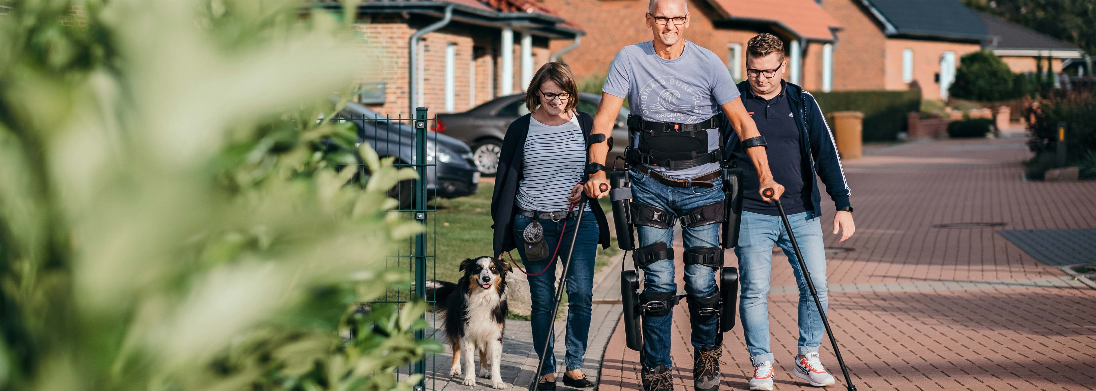 Das Bild zeigt einen querschnittgelähmten Versicherten der BG ETEM beim Training mit dem Exoskelett.